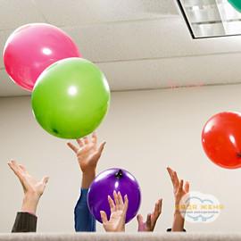 Надуть воздухом шарик 30 см
